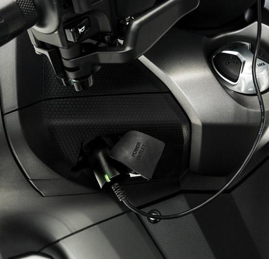 2015-Yamaha-T-MAX-SPECIAL-EU-Liquid-Darkness-Detail-018